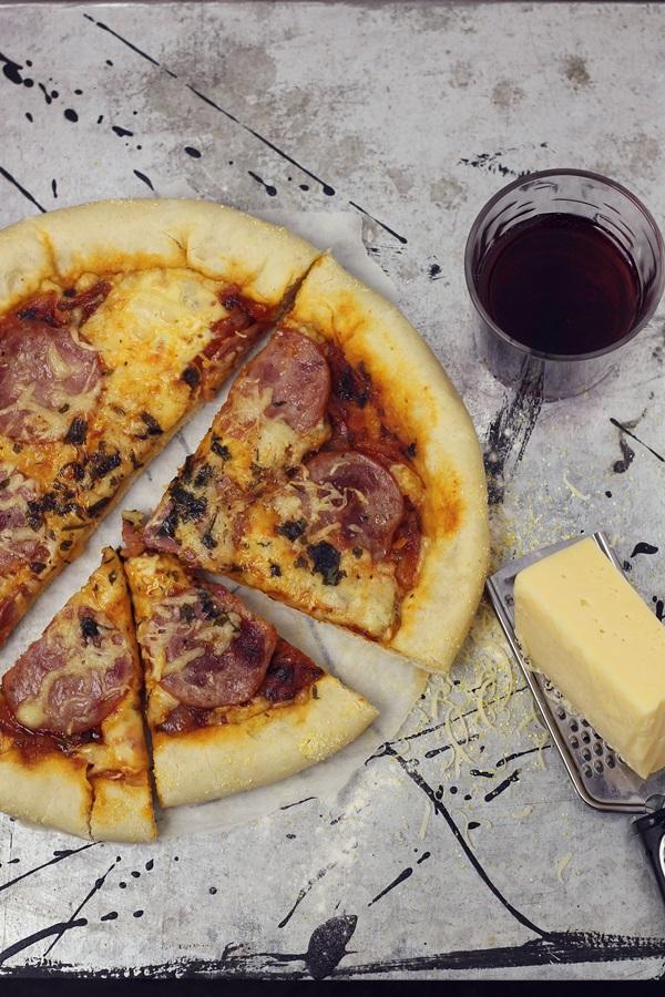 Pizza cu marginea umpluta si salam