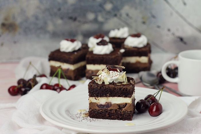 Prajitura cu visine, ganache de ciocolata si mousse de vanilie