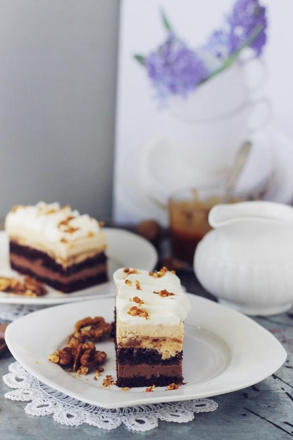 Prajitura cu ciocolata, caramel si crema cu nuci pralinate