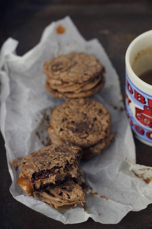 Biscuiti cu ciocolata si sos caramel / Flourless chocolate cookies