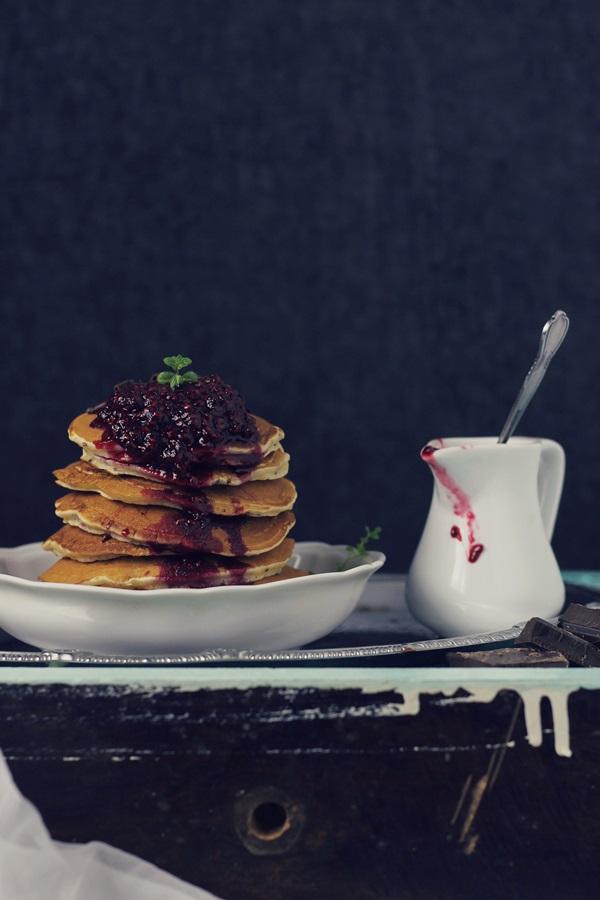 Pancakes cu ciocolata si sos de zmeura