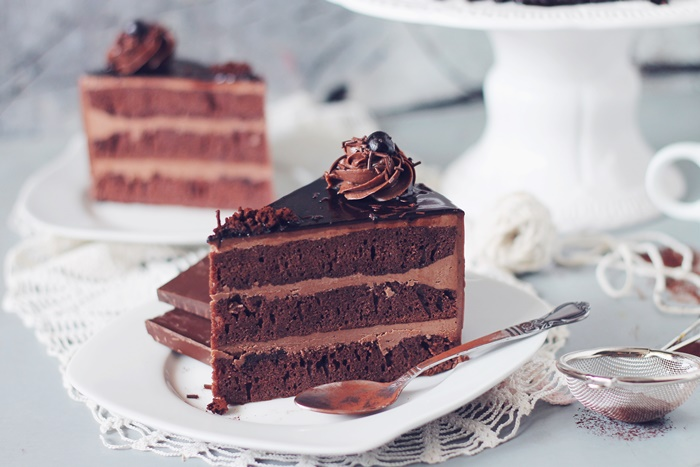 Tort amandina, cu blat de cacao, sirop de rom si crema de unt